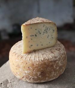 Présentation fromage basque - Bleu des Basques Onetik - Tranche de fromage - Fromage basque - Fromage à pâte persillée